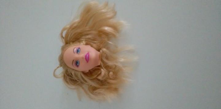 Cabeza de muñeca barbie