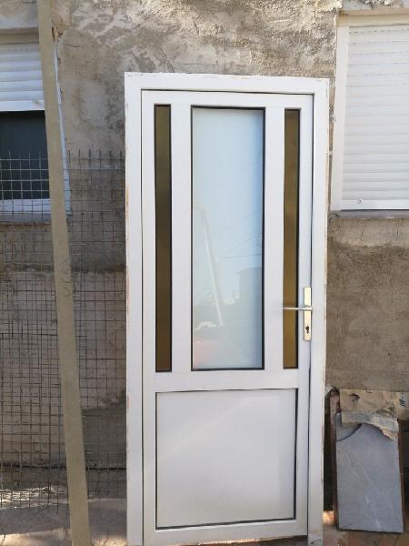Puerta principal de casa de pvc