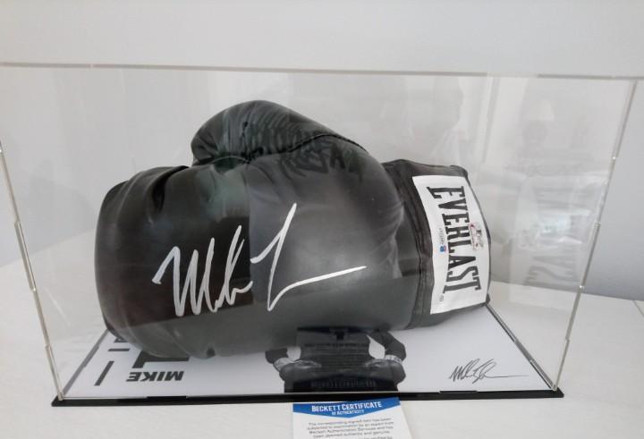 Guante de boxeo everlast negro firmado por mike tyson, con