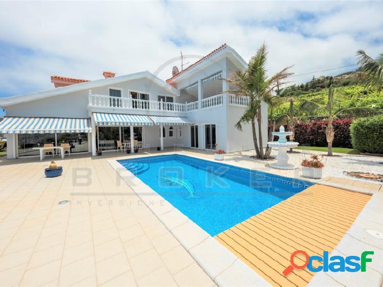 Magnífica villa de alto standing con piscina y vistas impresionantes a toda la costa, valle, mar y el teide