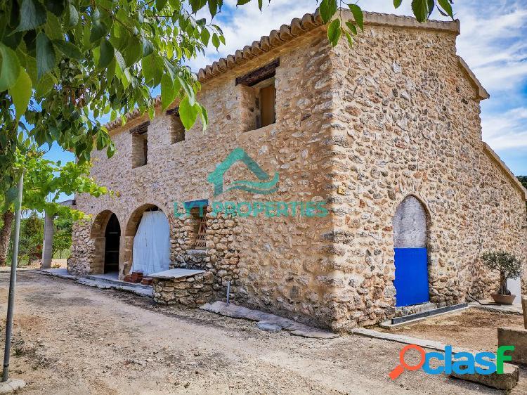 Tradicional villa rustica con muros de piedra