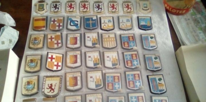 43 escudos o chapas esmaltadas de coche años 80 españa