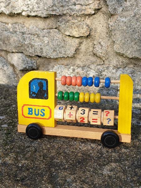 Autobús ábaco e reloxo de madeira/reloj de madera