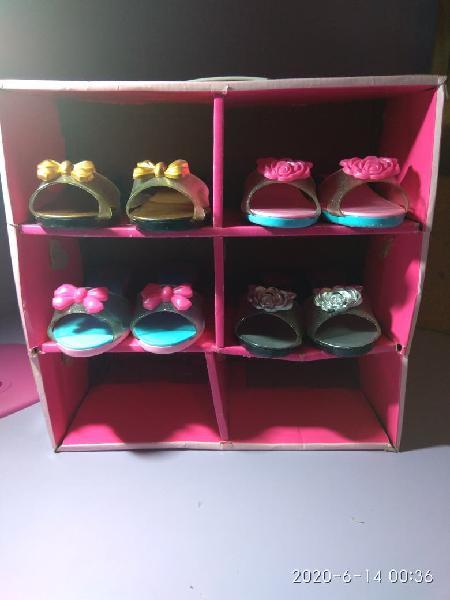 Zapatos de tacón de plástico.