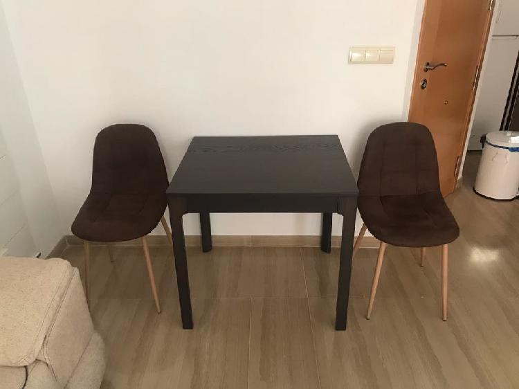 Mesa comedor extensible y dos sillas