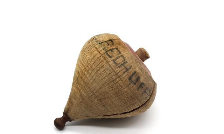 Antigua peonza, trompo de madera con punta de metal. mide 8