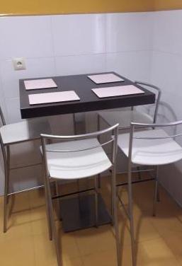 Conjunto mesa y sillas altas