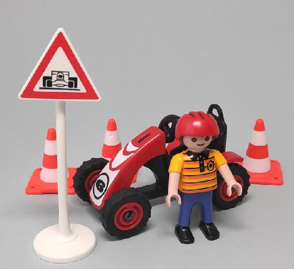 Playmobil niño con kart y señales de tráfico