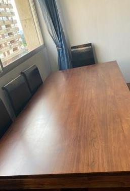 Mesa de madera maciza con 8 sillas