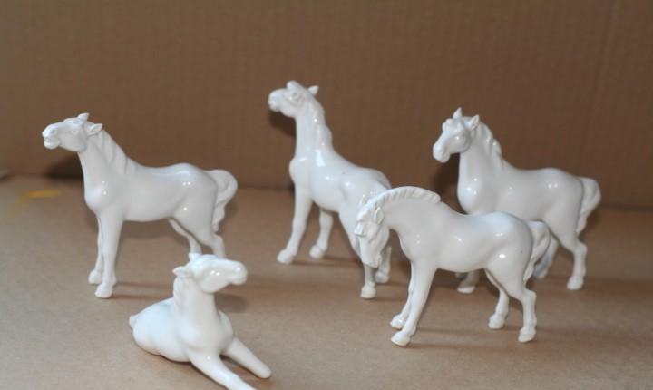 Familia de caballos blancos porcelana medidas 10 x 8 x 2,5