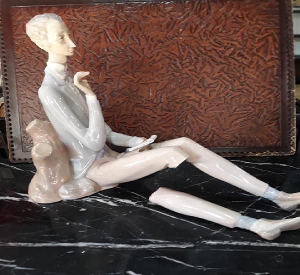 Figura en porcelana señor sentado leyendo