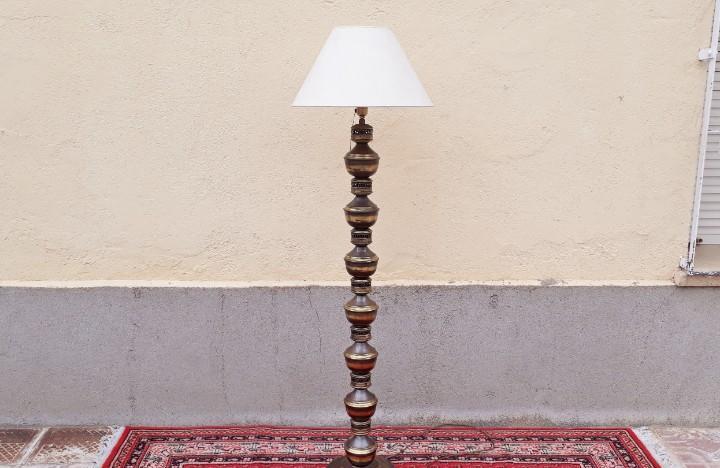 Lámpara de pié antigua vintage. lámpara de pié metal