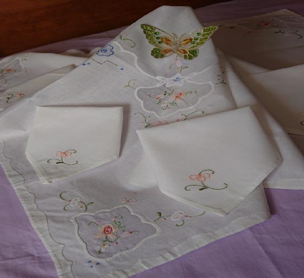 Mantel y cuatro servilletas, algodón y hecho a mano,nuevo