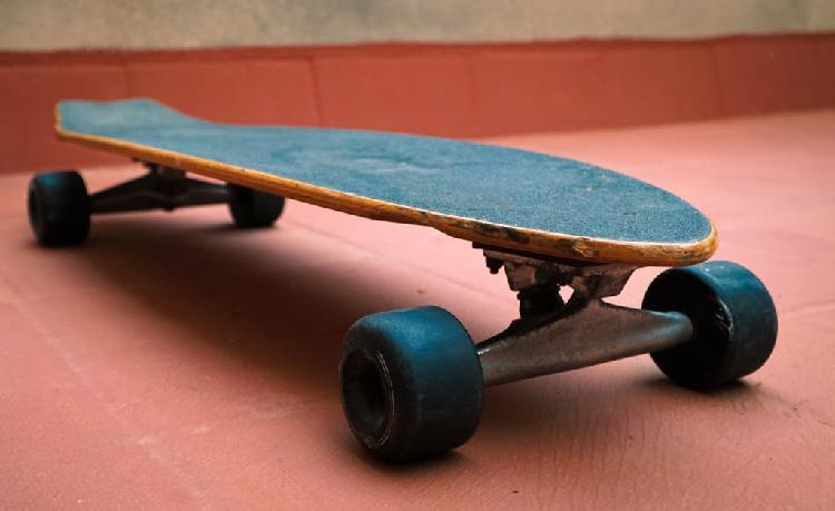 Skate longboard flying wheels