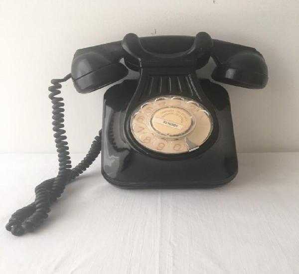 Teléfono de pared en funcionamiento, años 50