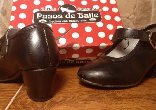 Zapatos negros con pequeño tacón