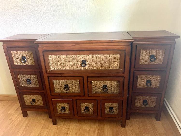 Mueble auxiliar madera maciza y ratán.
