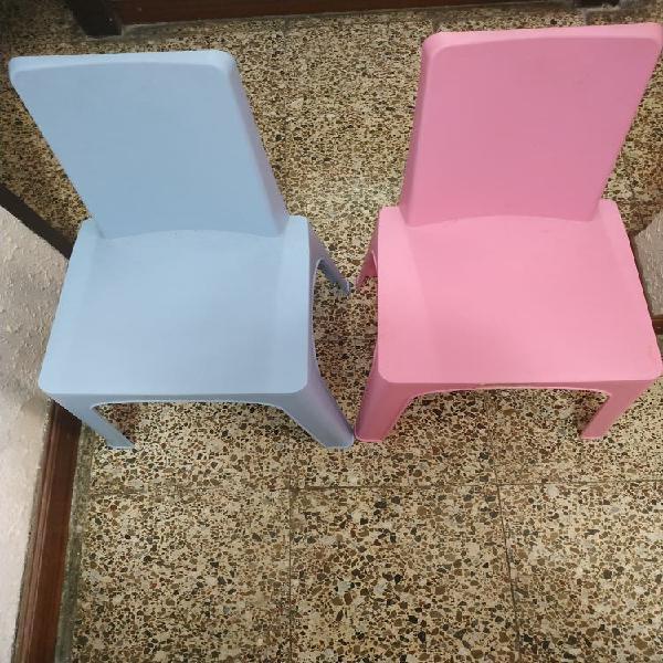 Dos mesas y dos sillas infantiles