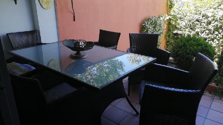 Mesa y sillas de jardín, de rattan.