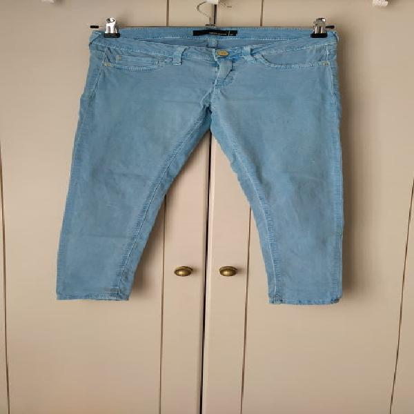 Pantalón skinny, color azul claro. trabillas en la