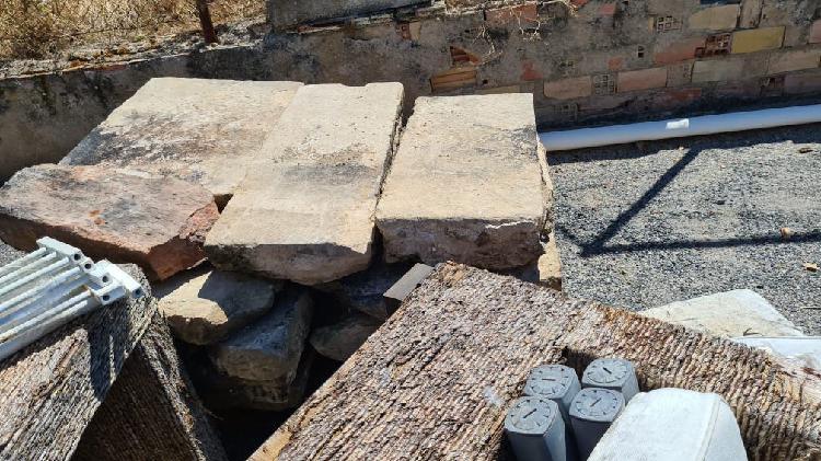 Piedra + escalera de caracol