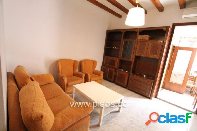 Piso amueblado de 4 dormitorios, cocina reformada y equipada, calefacción y aire acondicionado.