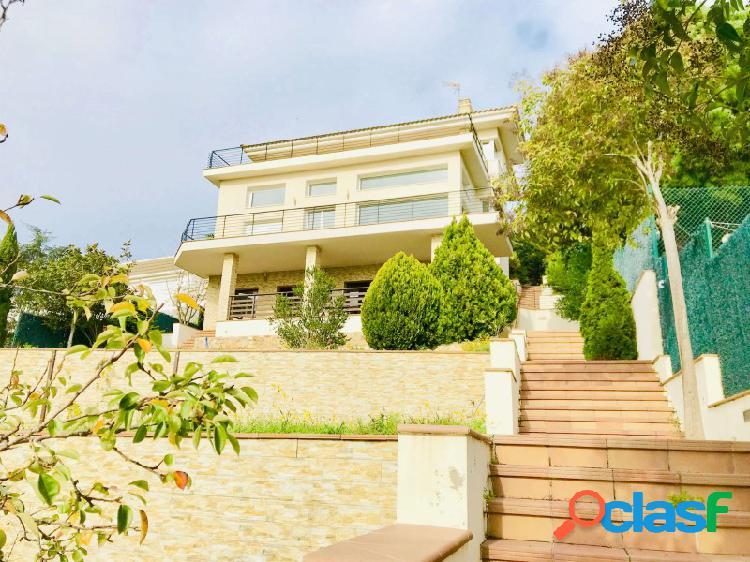 Villa de calidad excepcional con vistas al mar, 2 piscinas y spa privado.