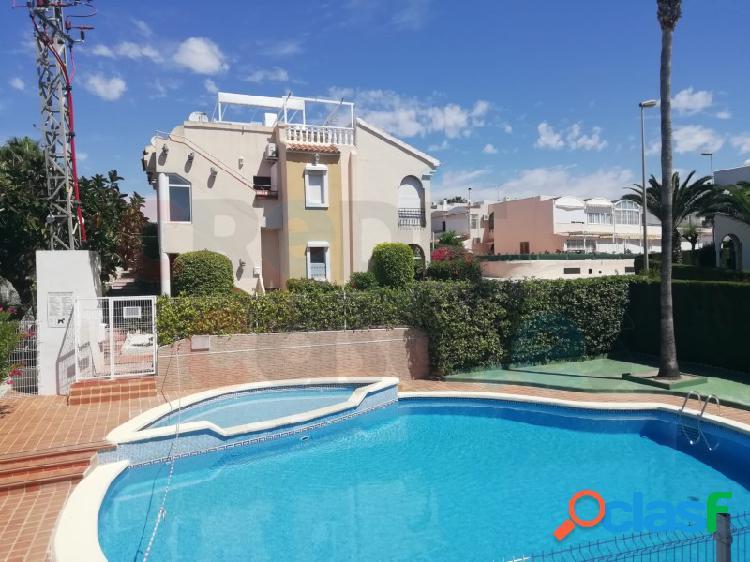 Se vende bajo en urbanización privada con vistas al mar y piscina comunitaria