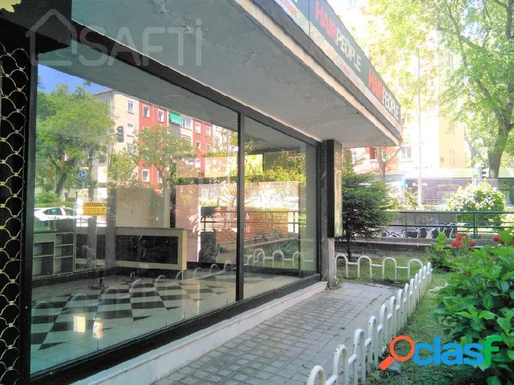 Interesante local comercial de dos plantas y triple escaparate!con mucho paso y junto al metro de colombia!!