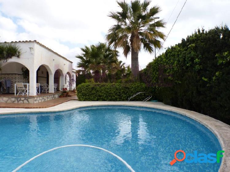 Venta de chalet independiente, próximo a la playa, zona muchavista de campello (alicante). muy buena zona, junto liceo francés encantador jardín con palmeras, piscina, garaje.