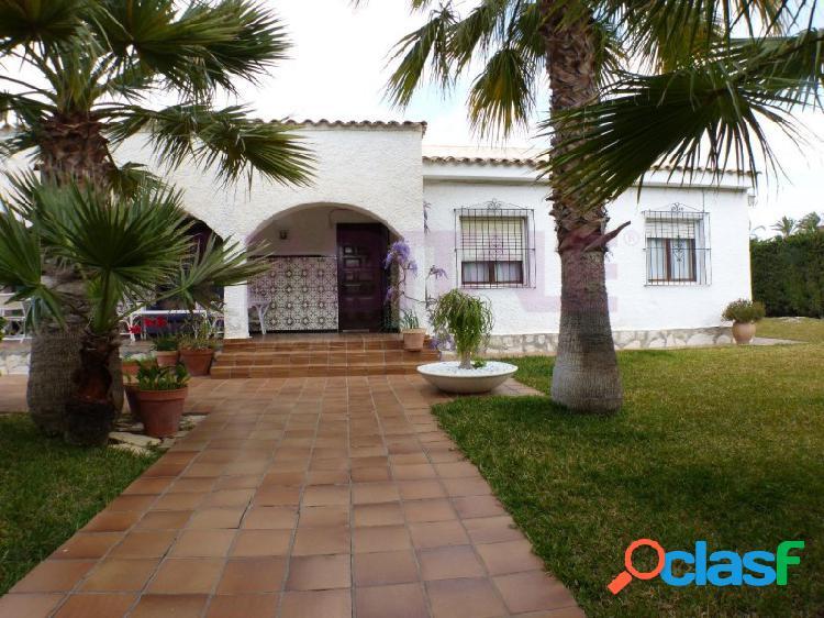 Venta de Chalet independiente, próximo a la playa, zona Muchavista de Campello (Alicante). Muy buena zona, junto Liceo Francés Encantador jardín con palmeras, piscina, garaje. 1