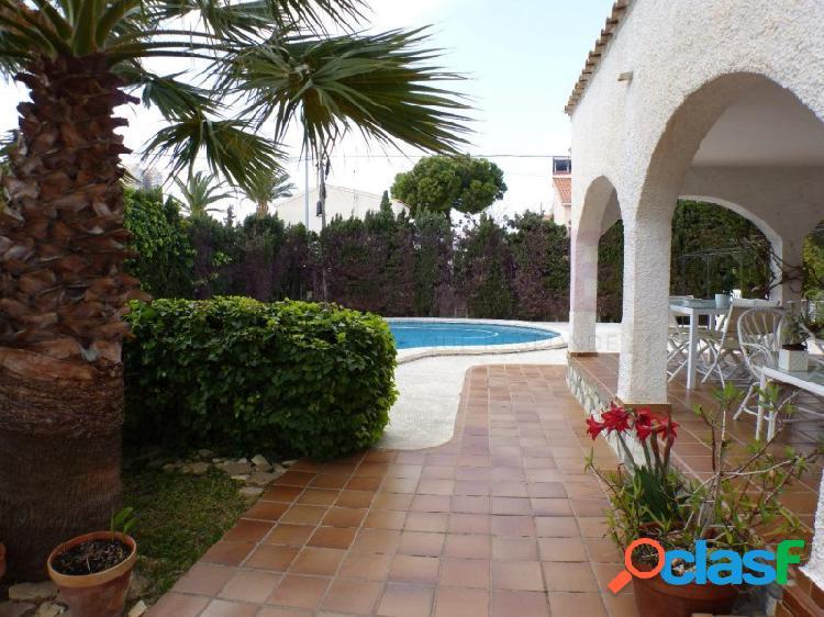 Venta de Chalet independiente, próximo a la playa, zona Muchavista de Campello (Alicante). Muy buena zona, junto Liceo Francés Encantador jardín con palmeras, piscina, garaje. 2