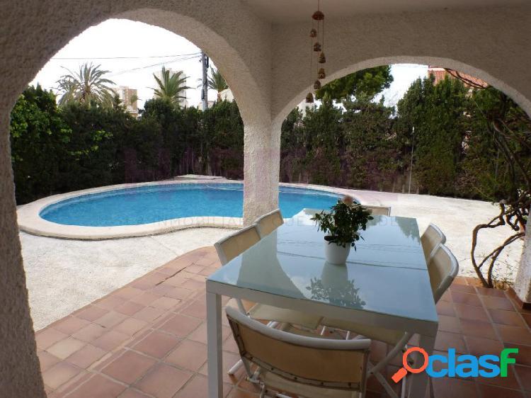 Venta de Chalet independiente, próximo a la playa, zona Muchavista de Campello (Alicante). Muy buena zona, junto Liceo Francés Encantador jardín con palmeras, piscina, garaje. 3