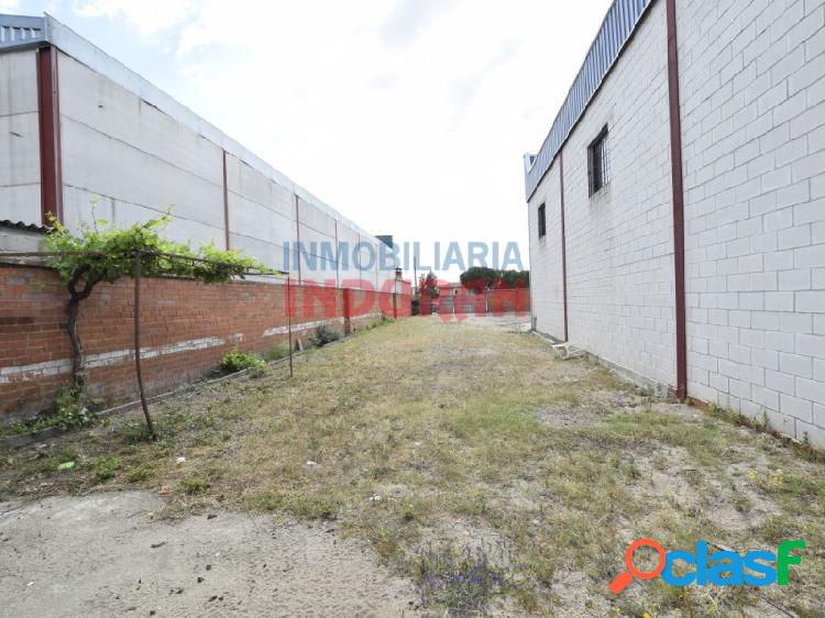 Nave de 450 m2, con puerta para camiones, situada en un solar industrial de 1670 m2 en la zona de la bamba (navalmoral de la mata)
