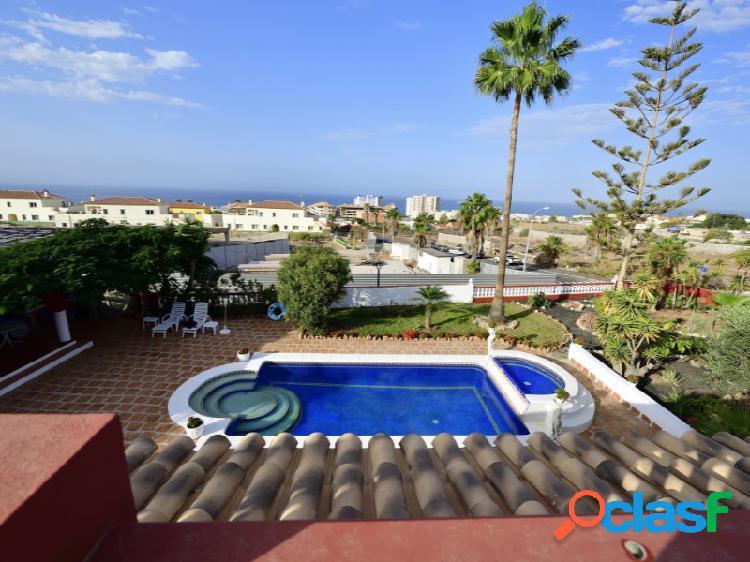Villa 4 habitaciones, piscina, jardín y vistas al mar en playa paraiso