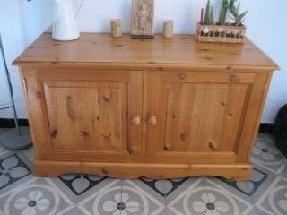 Mueble aparador. madera maciza