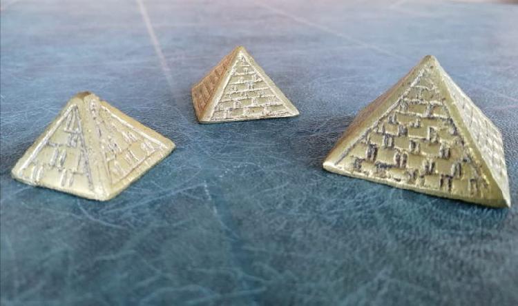 Pirámides en bronce