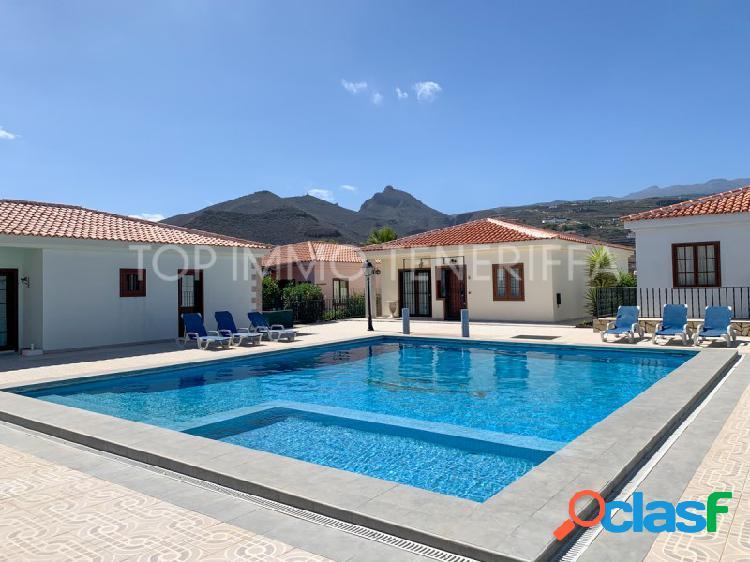 Casa adosada bien cuidada en complejo con piscina privada en aldea blanca