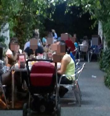 Bar restaurante bonita terraza.libre de maquinas