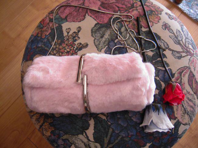 Bolso de hombro de piel sintética rosa y clip metálico