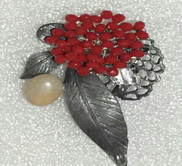 Broche estilo vintage. ramo de flores. rubíes artificiales,