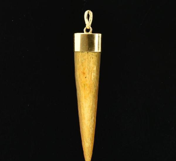 Colgante de oro de 18 kt. y hueso. peso 3.23 g.
