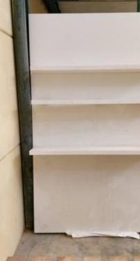 Panel con estantes