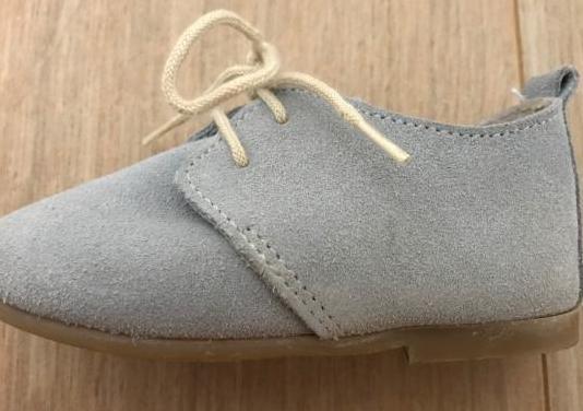Zapatos de bebé de ante gris con cordones