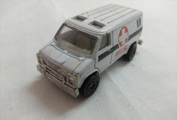 Furgon ambulancia cruz roja/en metal.