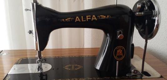 Máquina de coser alfa, con mueble