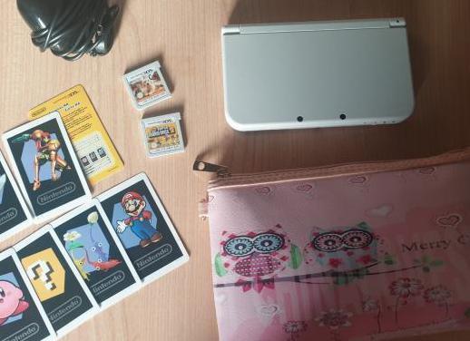 Nintendo 3ds cargador, 2 juegos y estuche.