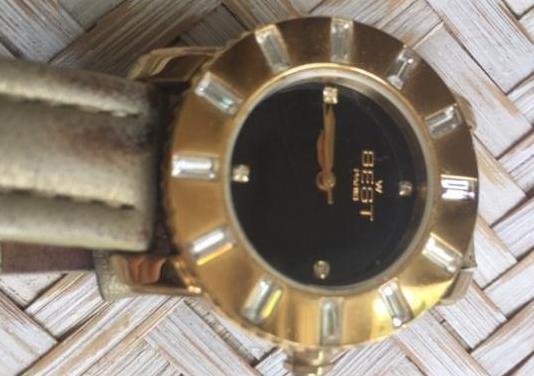 Reloj de pulsera negro y dorado
