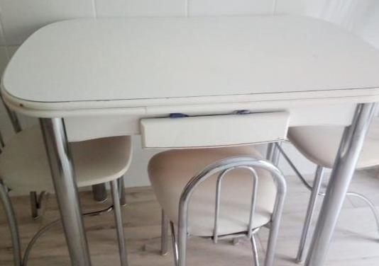 Mesa con sillas de cocina