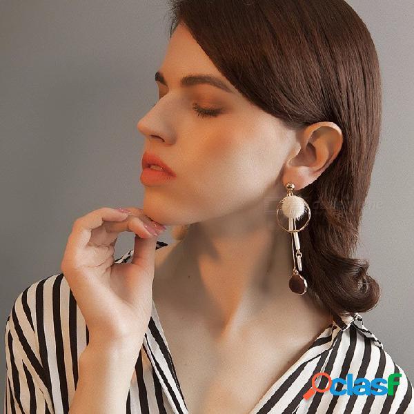 Larga sección pendientes geométricos para las mujeres personalidad asimétrica bola de pelo salvaje pendientes retro joyería beige